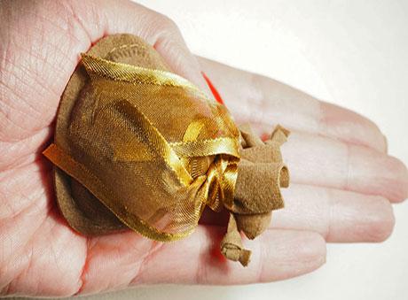 Οικονομική minimal μπομπονιέρα σε μικρό καφέ βελούδινο πουγκί