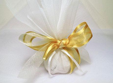 Οικονομική μπομπονιέρα με τούλι και τριπλή κορδέλα χρυσού φιόγκου