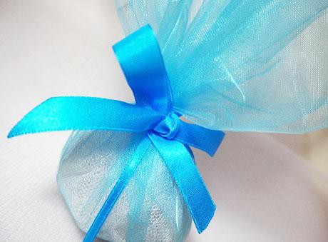 Γαλάζια μπομπονιέρα με τούλι και μπλε κορδέλα
