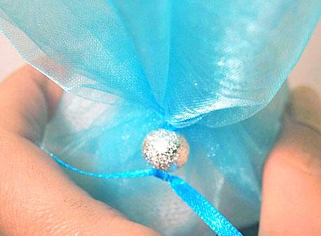 Οικονομική μπομπονιέρα γαλάζια με τούλι και ασημί χάντρα